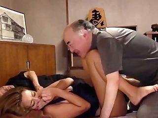 Stiefvater Fickt Tochter Grobe Titten, Wahrend Alle Schlafen