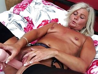 Brit Housewife Playing With Her Puss - Maturenl